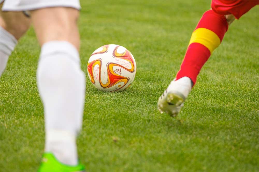 Fussballer auf dem Spielfeld. Foto: flooy - Pixabay