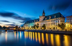 Zu sehen ist das das Hauptgebäude der Universität Breslau am Ufer der Oder, Bild: Jar.ciurus