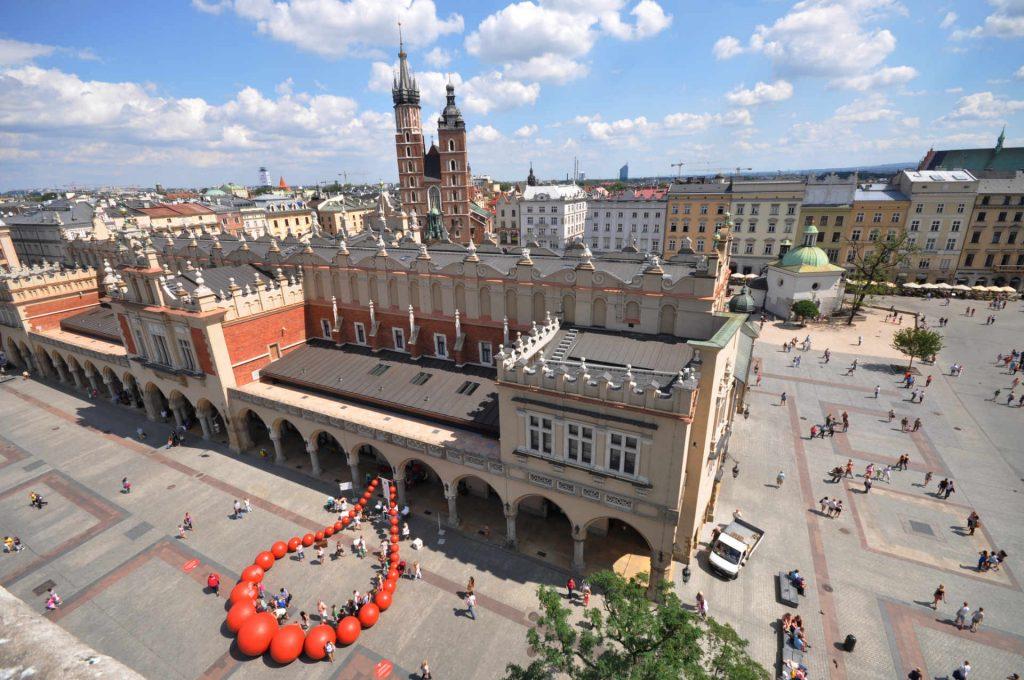 Zu sehen sind der Krakauer Marktplatz mit Tuchhallen und Marienkirche, Bild: Jorge Láscar from Australia