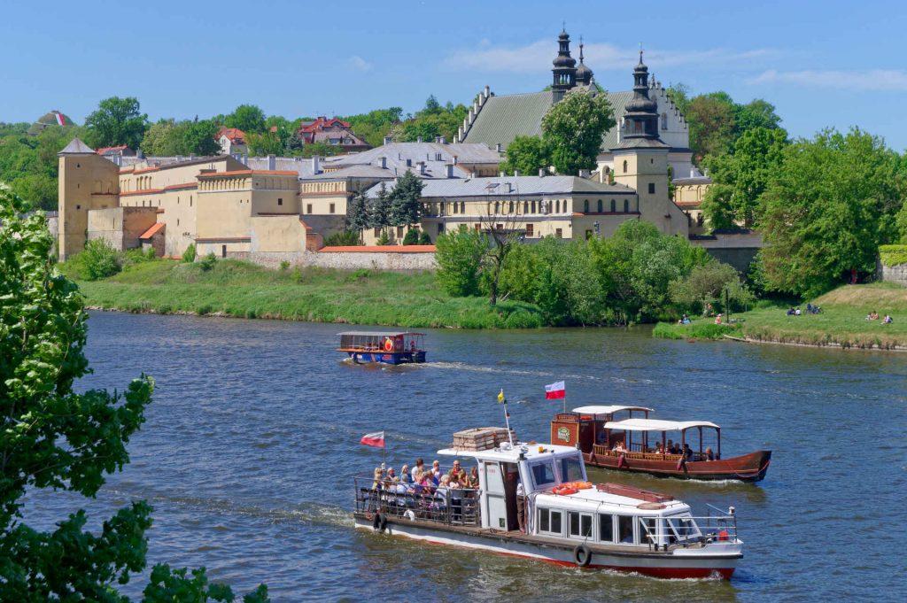Zu sehen ist ein Ausflugsschiff an der Norbertanerinnenkirche in Krakau, Bild: Jakub Hałun
