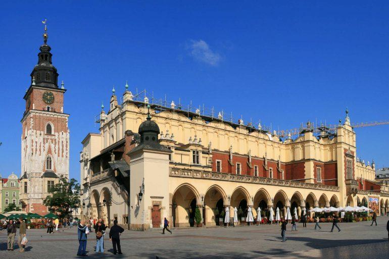 Zu sehen sind der Krakauer Marktplatz mit Tuchhallen und Rathausturm; Bild: Lestat (Jan Mehlich)