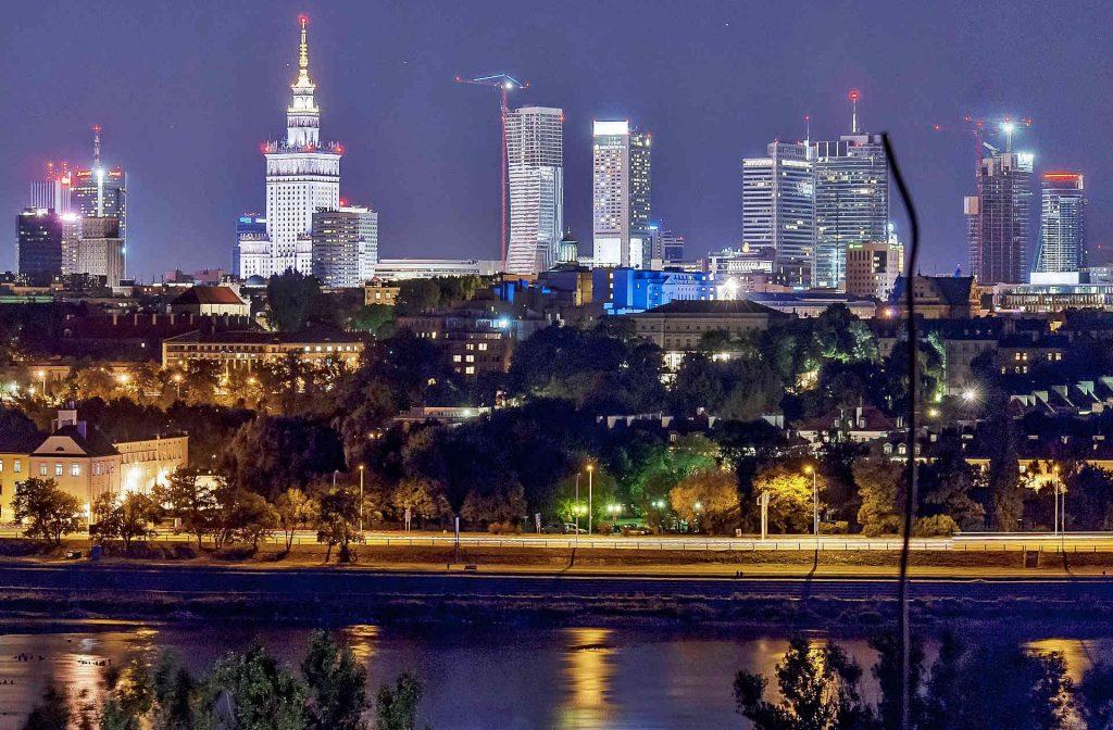 Zu sehen ist die Warschauer Skyline bei Nacht, Bild: Bosyantek