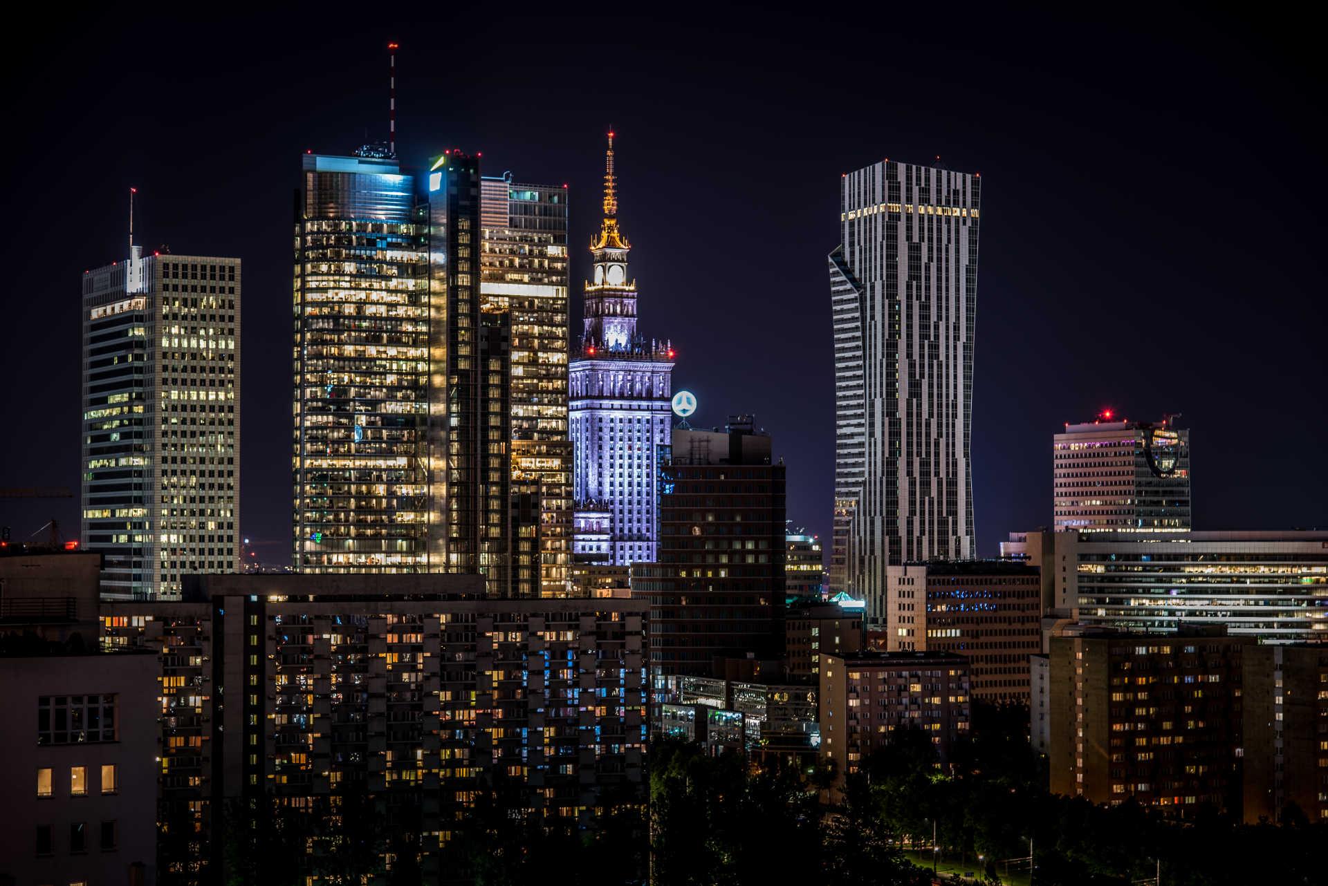 Zu sehen ist die Skyline Warschau bei Nacht, Bild: Kamil Porembiński from Łódź Poland