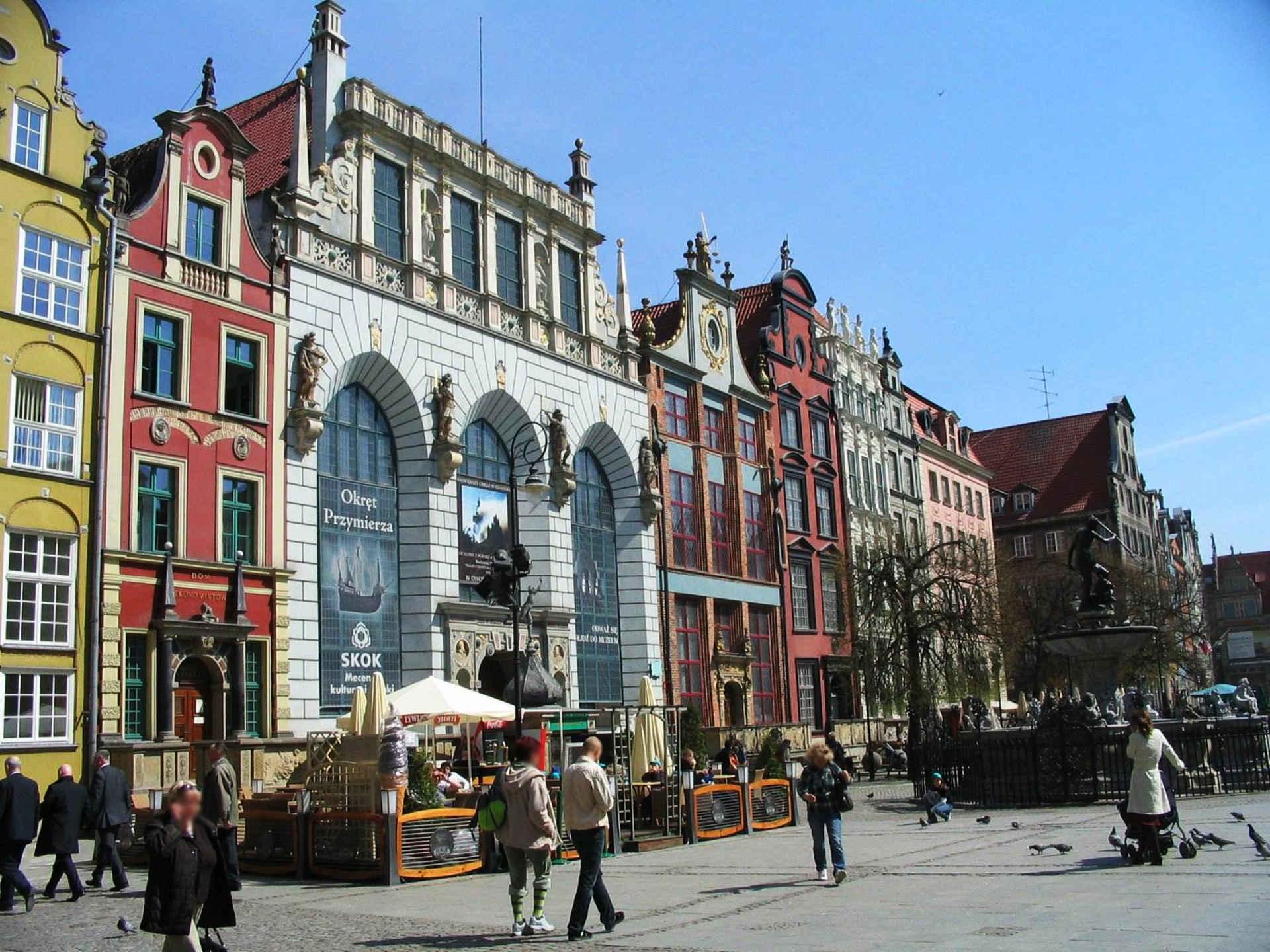 Zu sehen sind Häuser und der Neptunbrunnen in der Danziger Innenstadt, Bild: User Benhamburg at wikivoyage shared