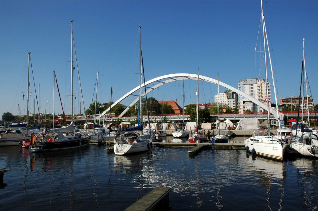 Zu sehen ist die Kolberger Hafenbrücke, Bild: Photographs by Radosław Drożdżewski User Zwiadowca21