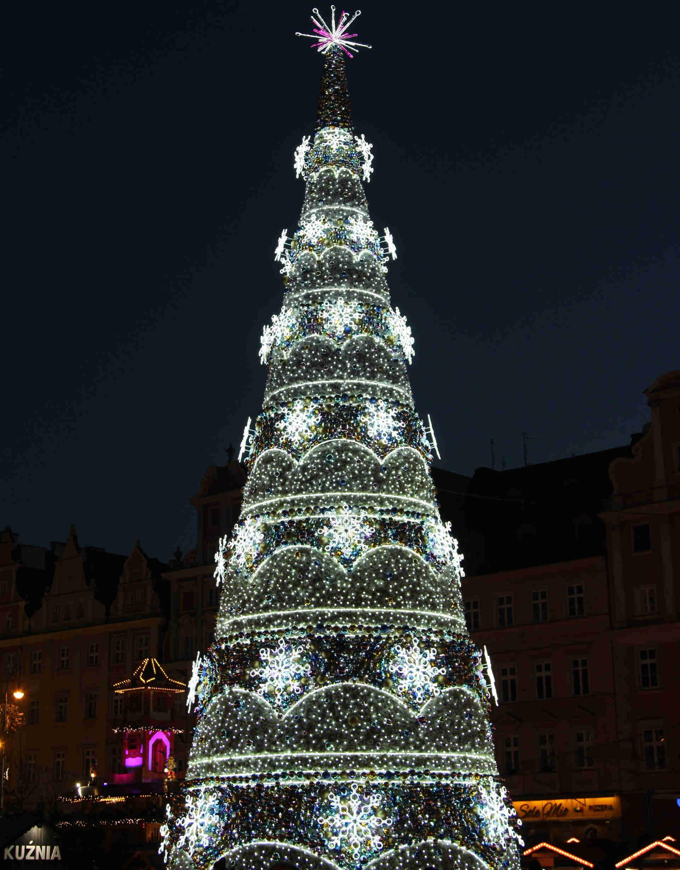 Zu sehen ist ein Weihnachtsbaum auf dem Breslauer Weihnachtsmarkt, Bild: Fallaner