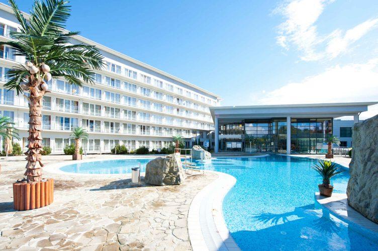 Zu sehen ist ein Außenpool des Hotel Ikar Plaza in Kolberg, Bild: Hotel Ikar Plaza