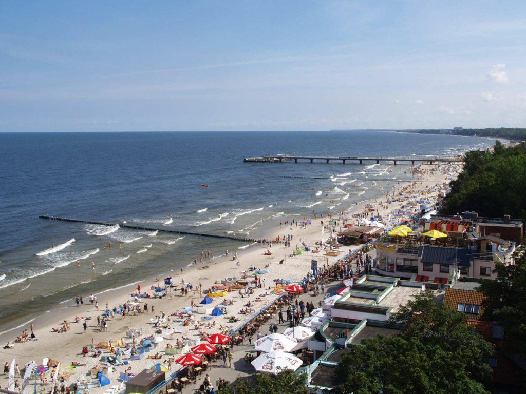 Zu sehen ist Zu sehen ist der Strand in Kolberg, Bild: Olek Remesz wiki pl Orem commons Orem współpraca Magdalena Żalinska