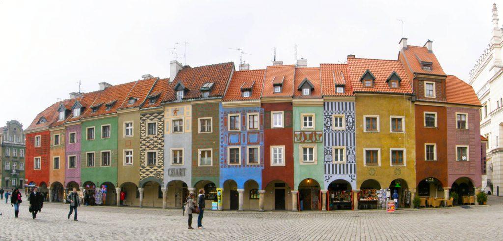Zu sehen sind alte Häuser am Marktplatz von Posen, Bild: Kwolana