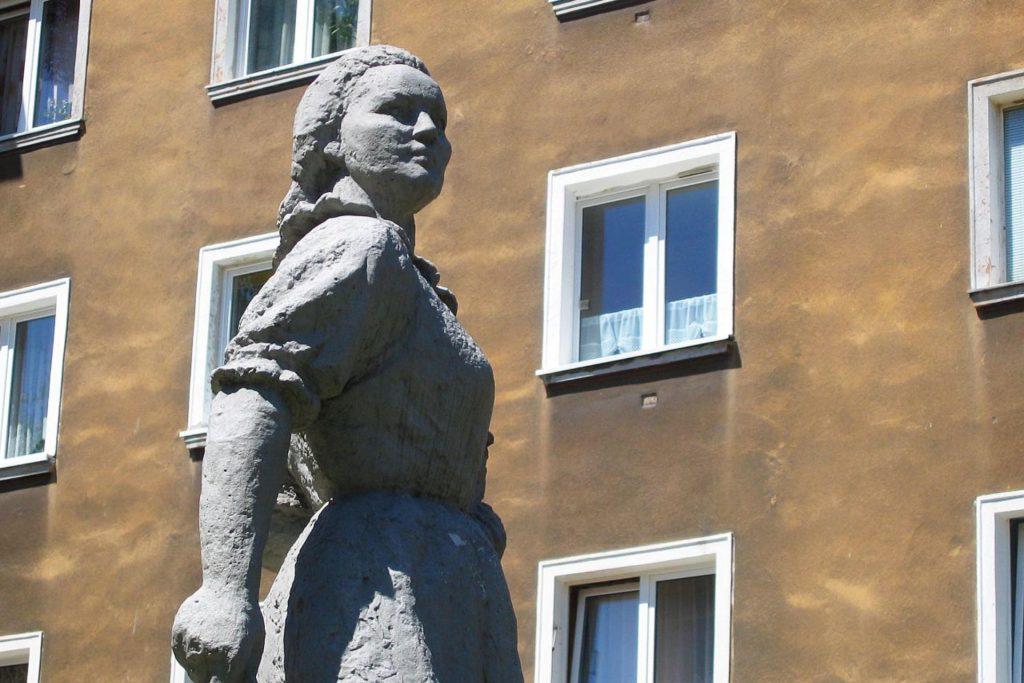 Zu sehen ist eine Arbeiterstatue in der Siedlung-A in Tychy, Bild: Chrochodyl