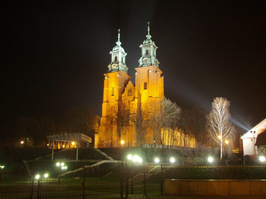 Zu sehen ist die Primas Basilika der Mariä Himmelfahrt in Gnesen, Bild: Dd1975