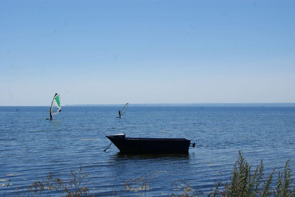 Zu sehen ist die Ostsee bei Kusfeld mit Windsurfern, Bild: Jarosław Szczepaniak