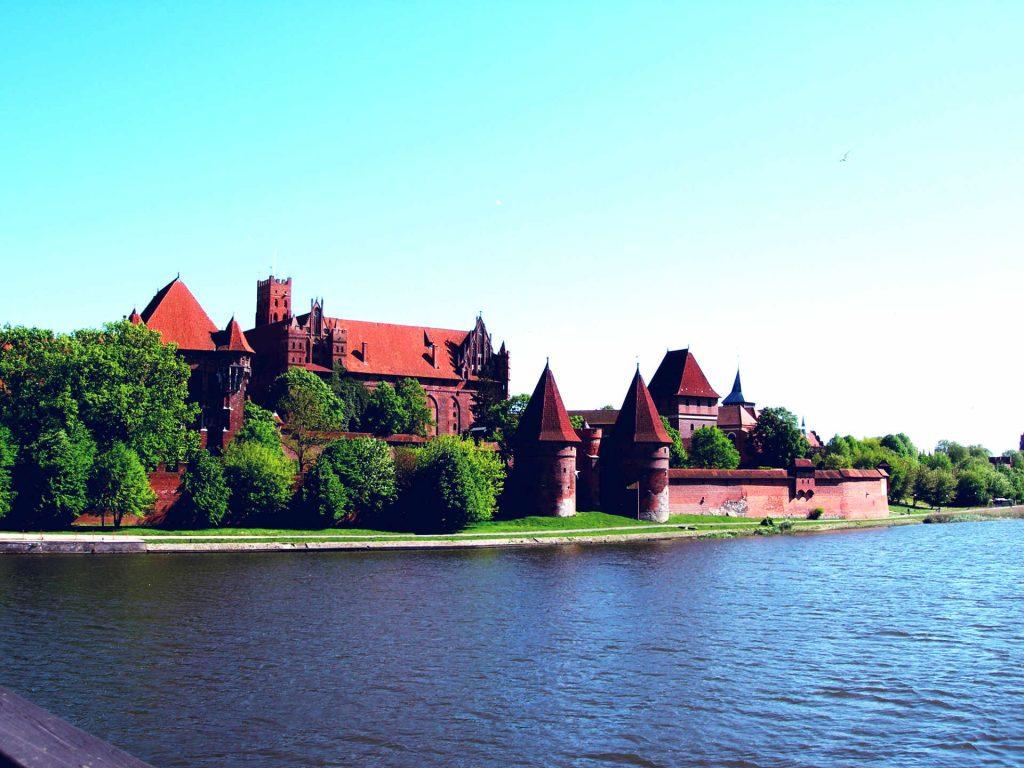 Zu sehen ist das Burgpanorama der Marienburg von der Weichsel aus, Bild: SheLazY