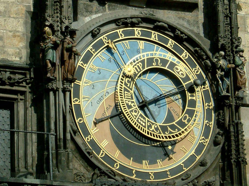 Zu sehen ist ein Detail der astronomischen Uhr am Altstädter Rathaus in Prag, Bild: Geolina163