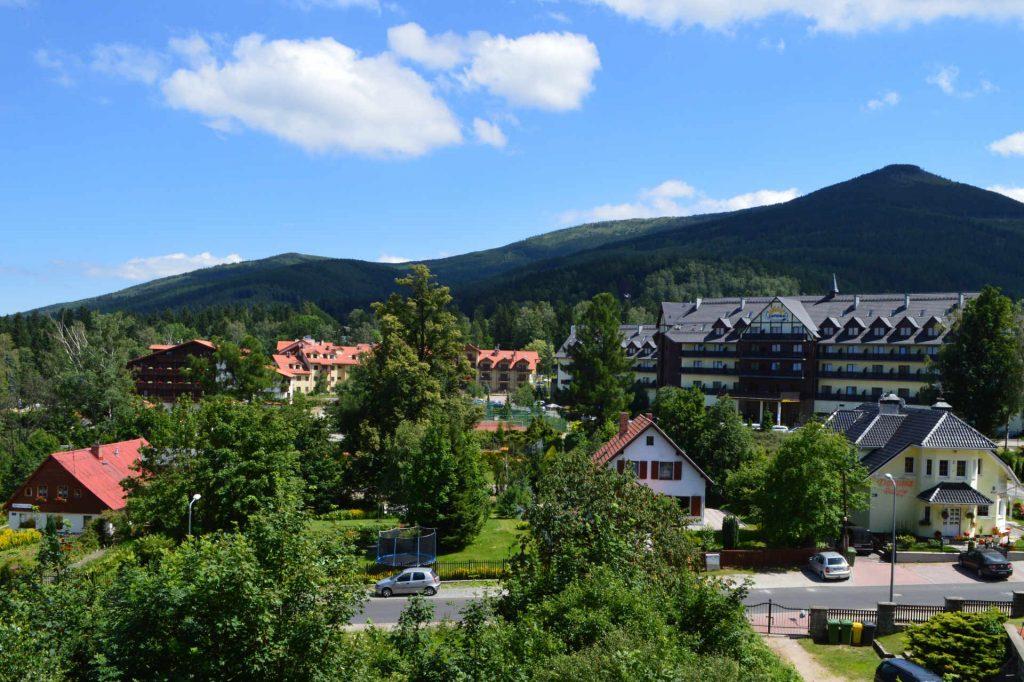 Zu sehen ist Krummhübel mit Blick auf Riesengebirge, Bild: Scotch Mist