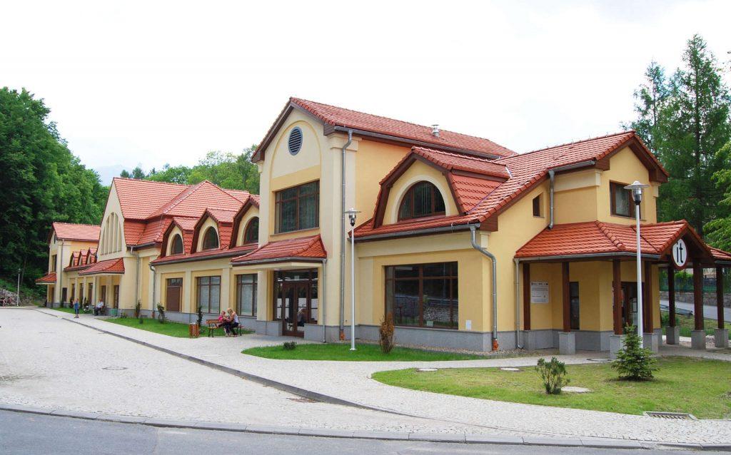 Zu sehen ist der Ehemalige Bahnhof in Krummhübel, Bild: Irena Goderska