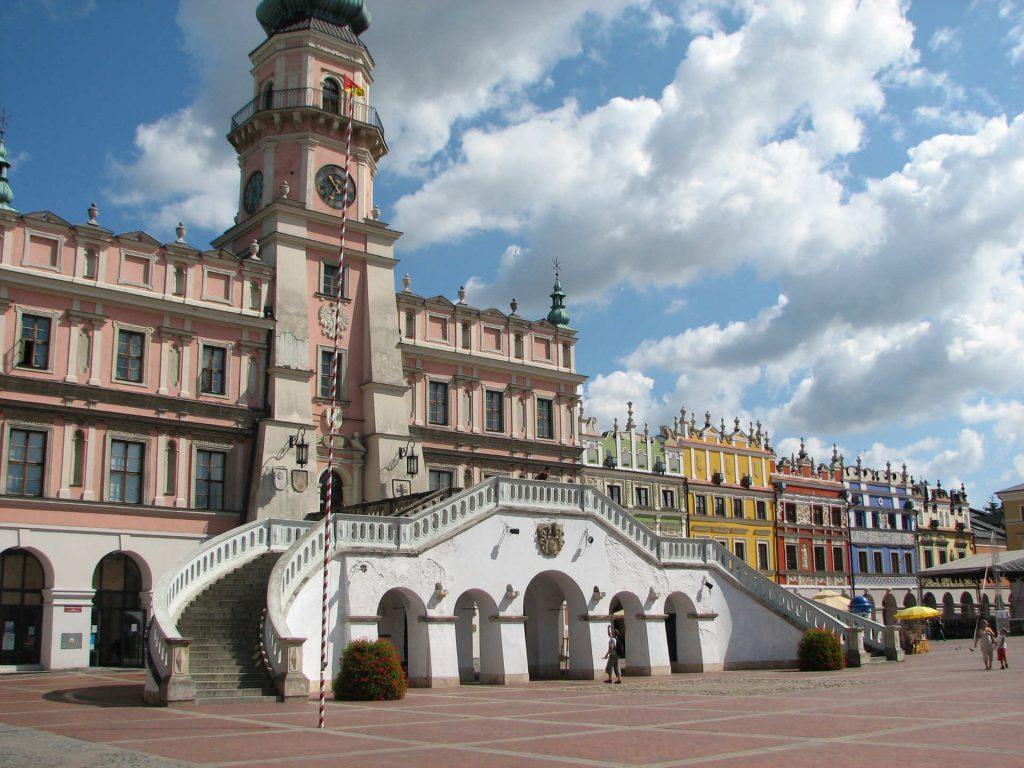 Zu sehen sind das Rathaus und der Großer Markt in Zamość, Bild: Pryma