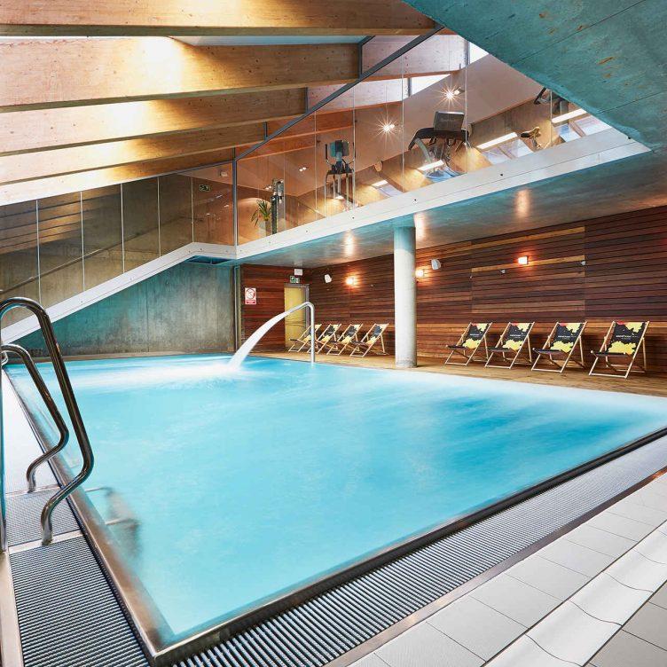 Zu sehen ist ein Schwimmbecken im Hotel Sand, Bild: Hotel Sand