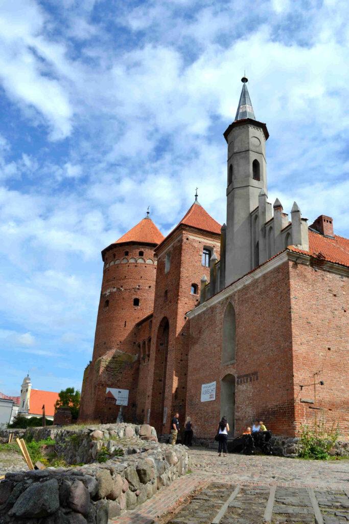 Zu sehen ist die Ordensburg mit Kirche in Rössel, Bild: Krystian Cieślik scaled