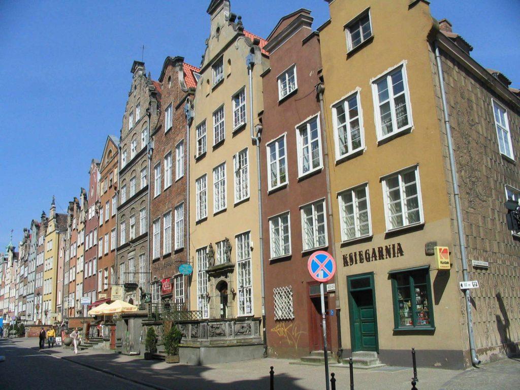 Zu sehen sind typische Giebelhäuser in Danzig, Bild: User Benhamburg at wikivoyage shared