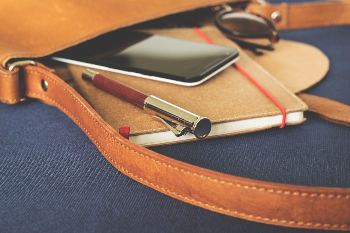 Zu sehen sind Kalender und Telefon. Bild: Image by LUM3N from Pixabay