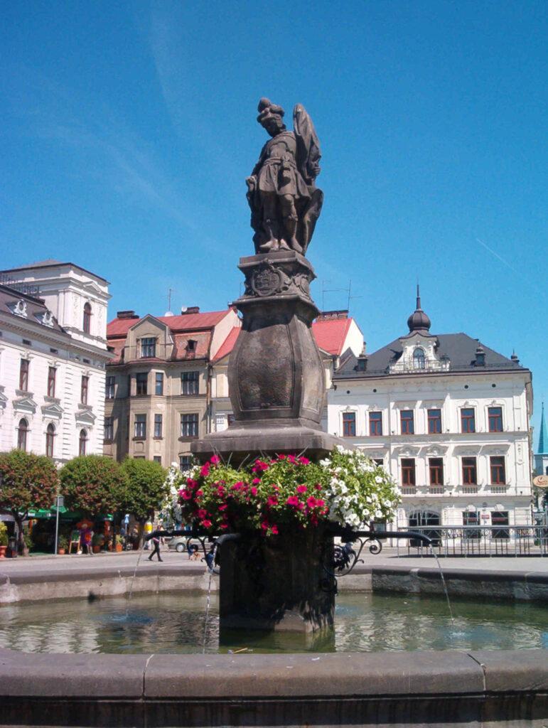 Zu sehen sind Marktplatz und St. Floriansstatue in Teschen, Bild: Pudelek