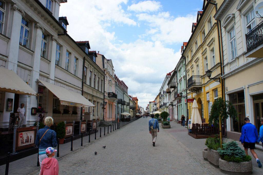 Zu sehen ist eine Altstadtstraße in Płock, Bild: Konrad Wąsik
