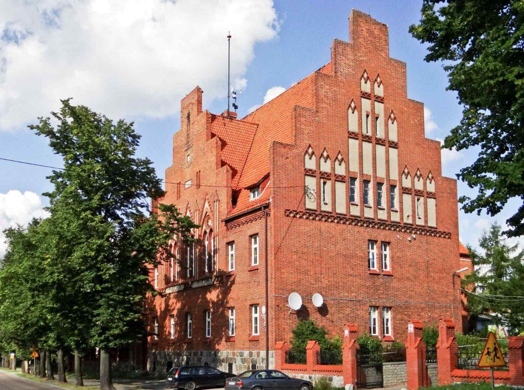 Zu sehen ist ein Backsteinbau in der ul.-Dworcowa in Passenheim (Pasym), Bild: Zbigniew-Czernik